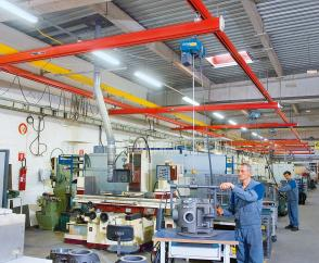 Crane runway with 8 single-girder suspension cranes to support workers serving machine tools