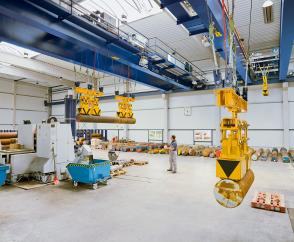 Process cranes with two 8-tonne hoist units and magnet systems in a steel service centre for pre-processing solid steel bar stock