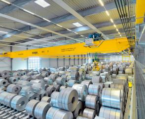 Fully automated process cranes fitted with magnet systems facilitate the cost-effective storage of steel coils