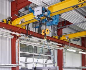 DMR modular rope hoist enables precise positioning of the loads.